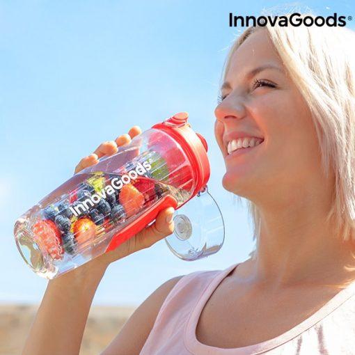 femme buvant bouteille eau avec filtre infuseur fruits