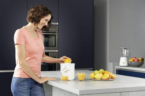 femme utilisant presse-agrume electrique braun cj3050